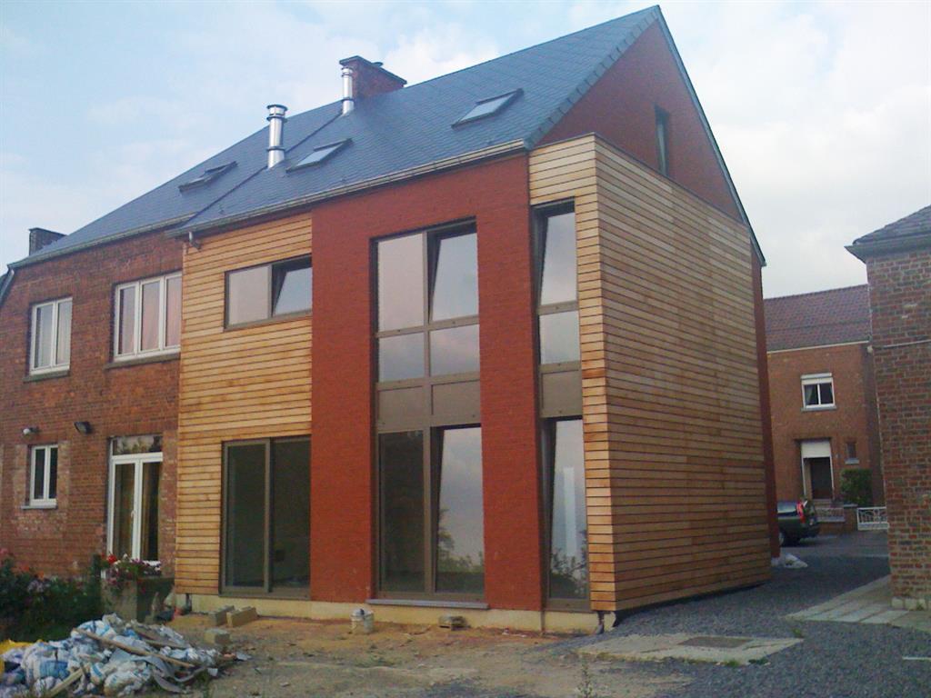 Maison avec habillage bois et enduit rouge greenwich for Enduit pour bois exterieur