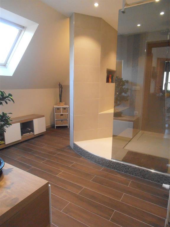 salle de bain contemporaine avec grande douche l 39 italienne. Black Bedroom Furniture Sets. Home Design Ideas