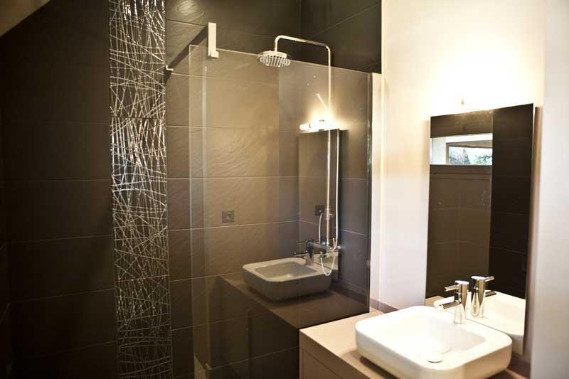 petite salle de bain contemporaine aux tons naturels avec douche et vasque - Salle De Bain Petite Et Moderne