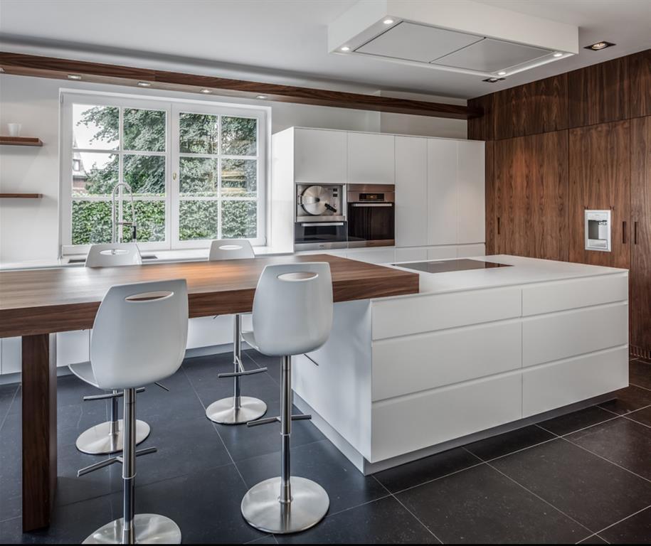Cuisine aménagée blanc brillant design et à la qualité