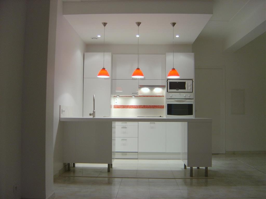 cuisine blanche avec suspension design orange agence