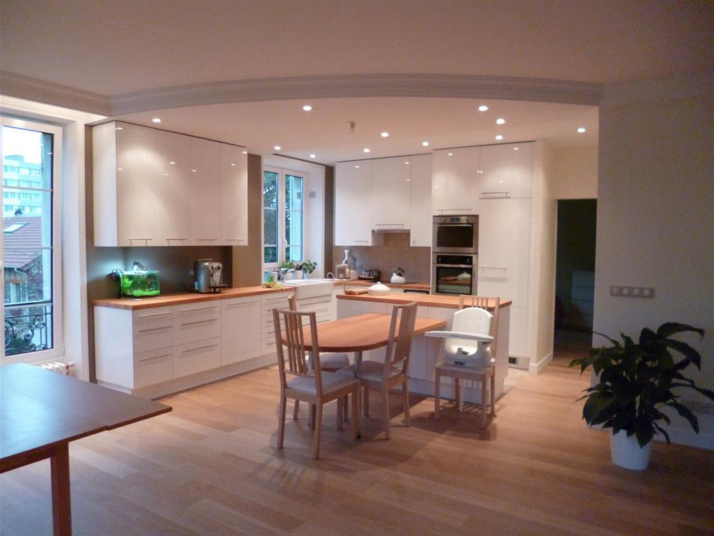 Plateau ouvert avec grande cuisine blanche vh photo n°16