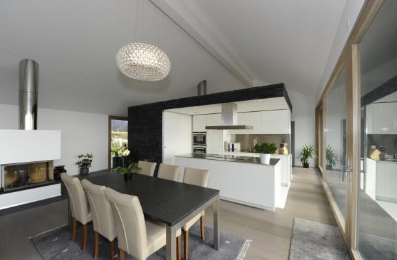 cuisine ouverte sur salon et salle à manger en noir et blanc avec ... - Salon Salle A Manger Contemporain