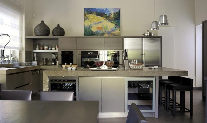 L 39 ilot central de cette cuisine moderne compl te l 39 esprit design et a - Cuisine contemporaine ilot central ...