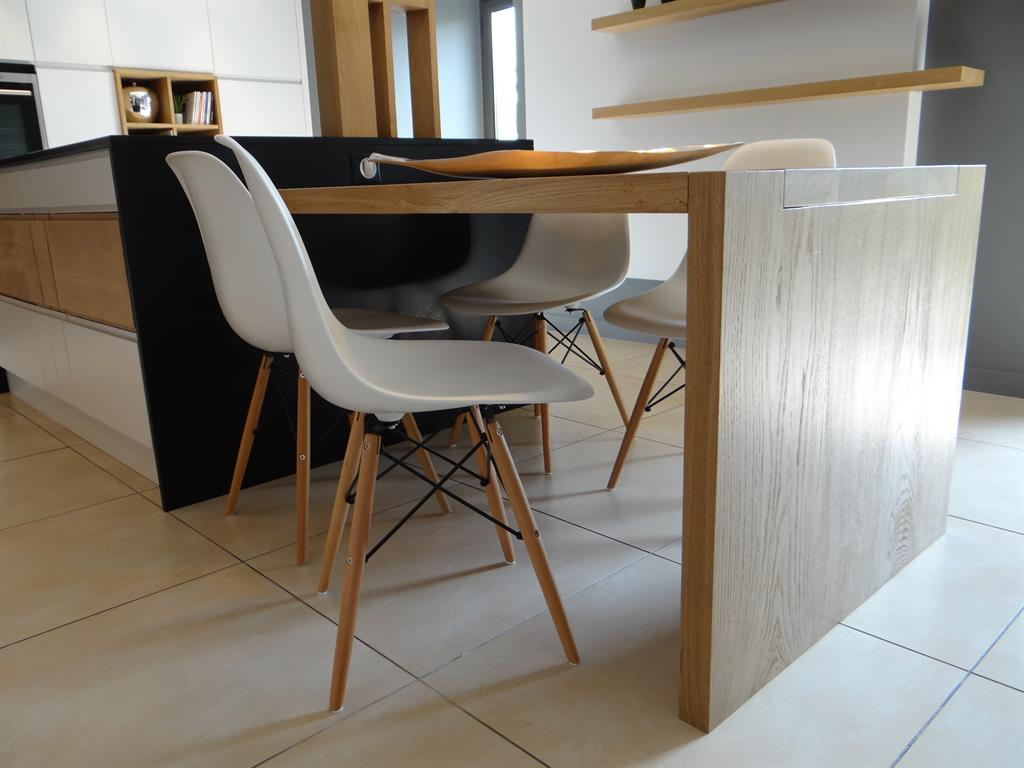 La table de cuisine en bois clair prolonge l 39 lot central for Table ilot pour cuisine