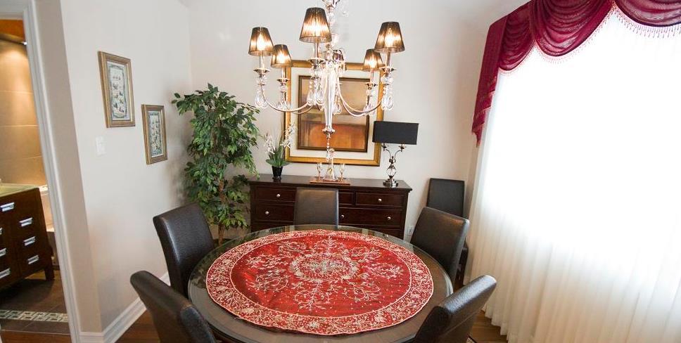 Salle manger avec une table ronde en bois scd design for Salle manger ronde