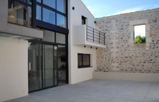 Maison avec une fa ade en verre et b ton blanc didier richard - Facade architecture maison ...