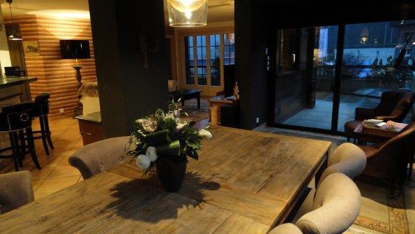 Salle manger avec table en bois brut vie interieur for Table salle manger bois brut