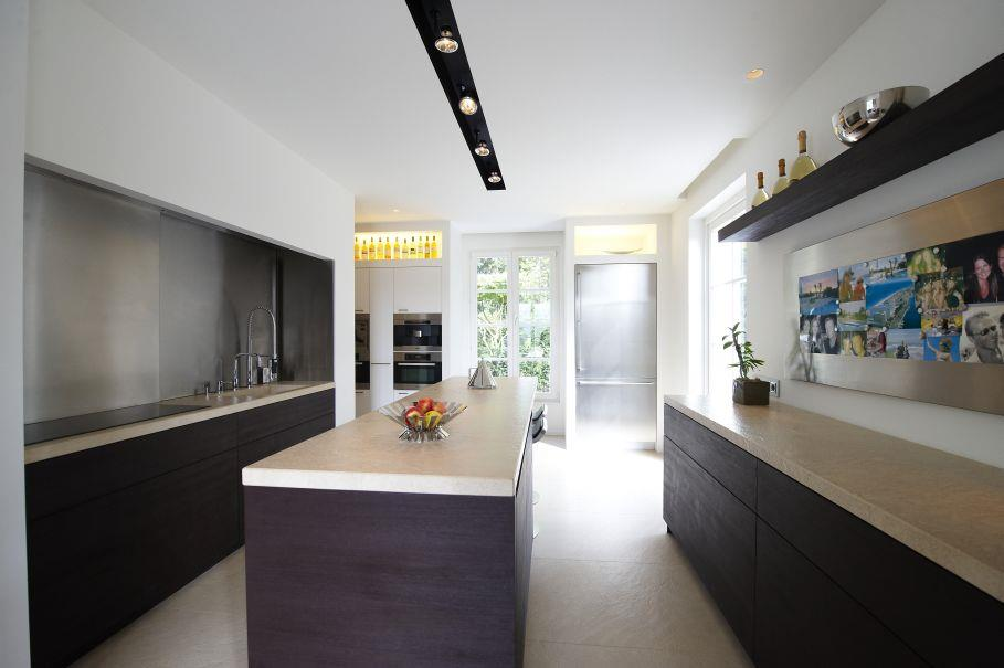 Cuisine contemporaine en longueur avec ilot central  Home Design