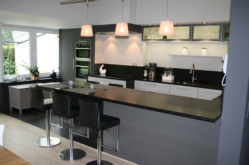 Cuisine moderne avec table int gr e de format bar - Table de cuisine avec rangement ...