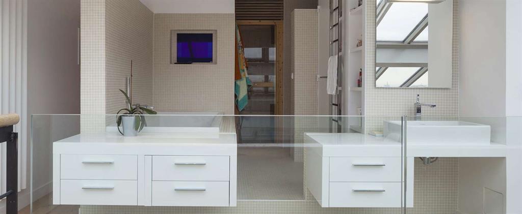 Salle de bain avec demie cloison en verre pablo katz - Cloison verre salle de bain ...