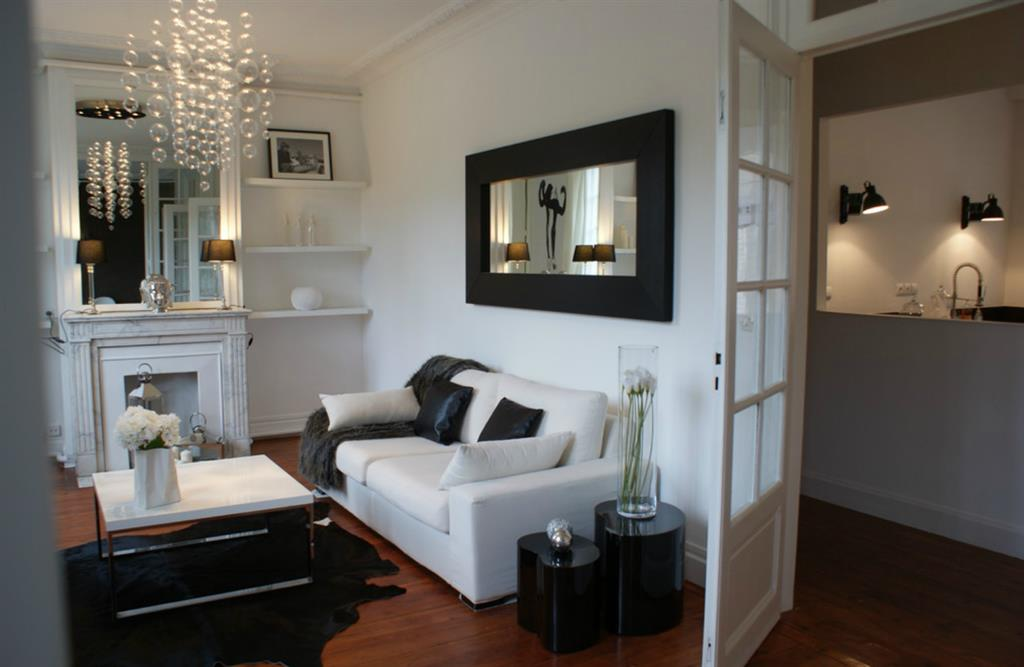 salon blanc dans un appartement haussmannien avec porte. Black Bedroom Furniture Sets. Home Design Ideas