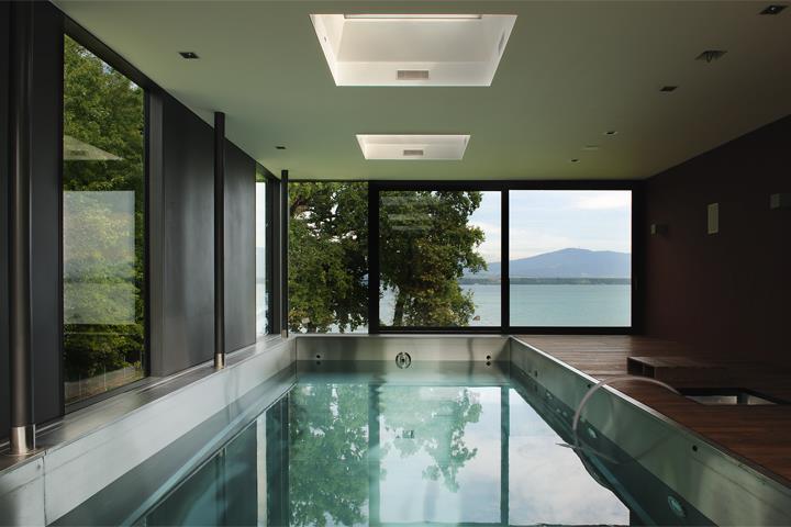 Grande piscine int rieure avec bais vitr e mvt architectes - Piscine interieure design ...