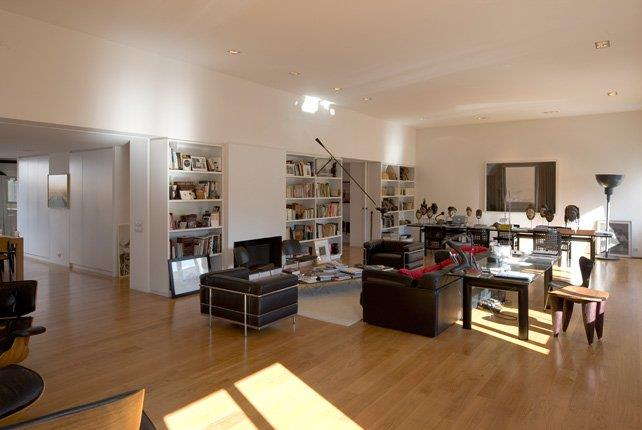 Salon avec canapé en cuir noir et structure  FABREdeMARIEN