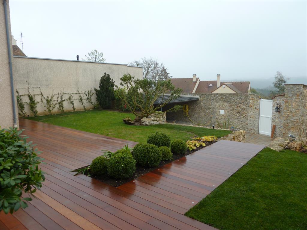 La terrasse en bois se prolonge jusquau portail pour créer un chemin
