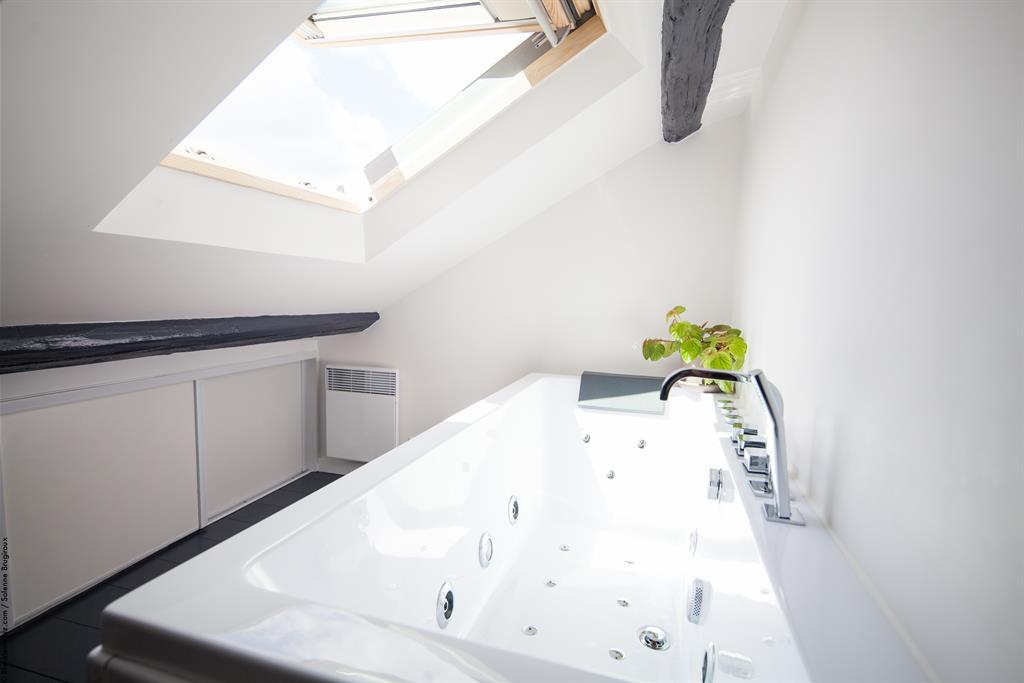 Baignoire baln o sous les toits de paris solenne brugiroux - Salle de bain sous les toits ...