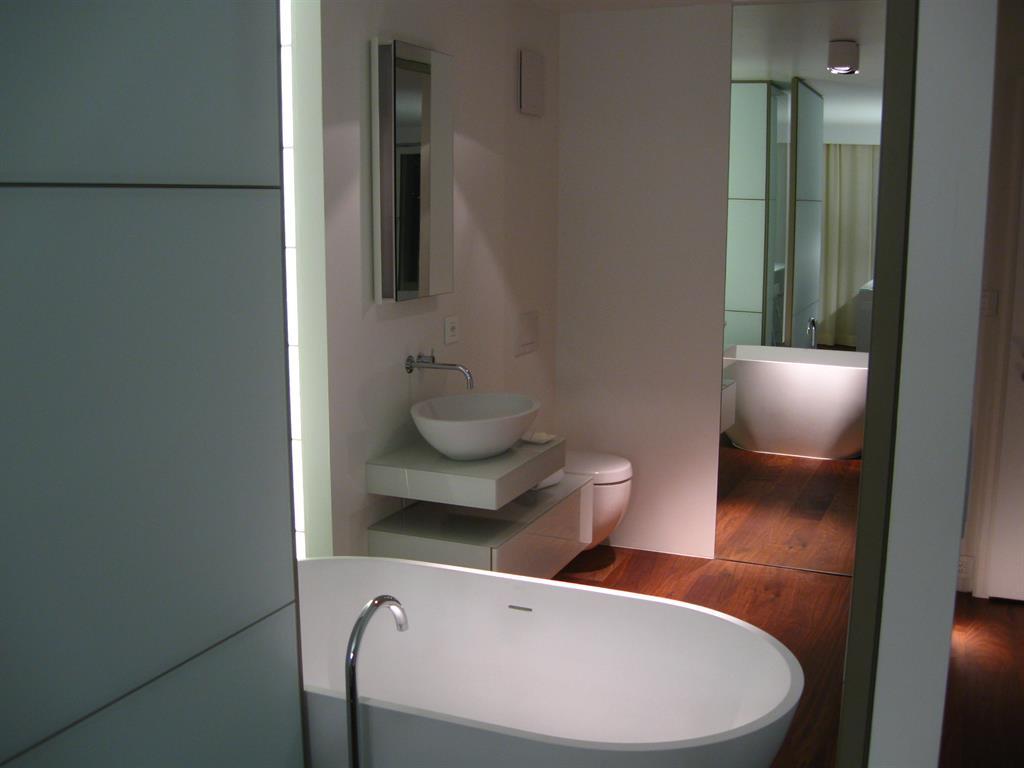 Salle De Bain Retro Blanche : 458320-salle-de-bain-design-et-contemporaine-salle-de-bain-blanche.jpg