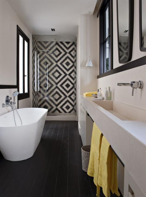 salle de bain noir et blanche avec carrelage mosaque motif gomtrique - Salle De Bain Mosaique Blanche