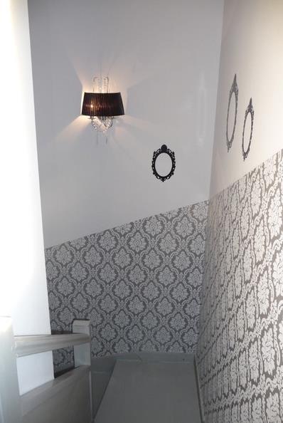 Papier peint motifs dans la cage d 39 escalier s verine solutions d 39 in - Papier peint pour cage escalier ...