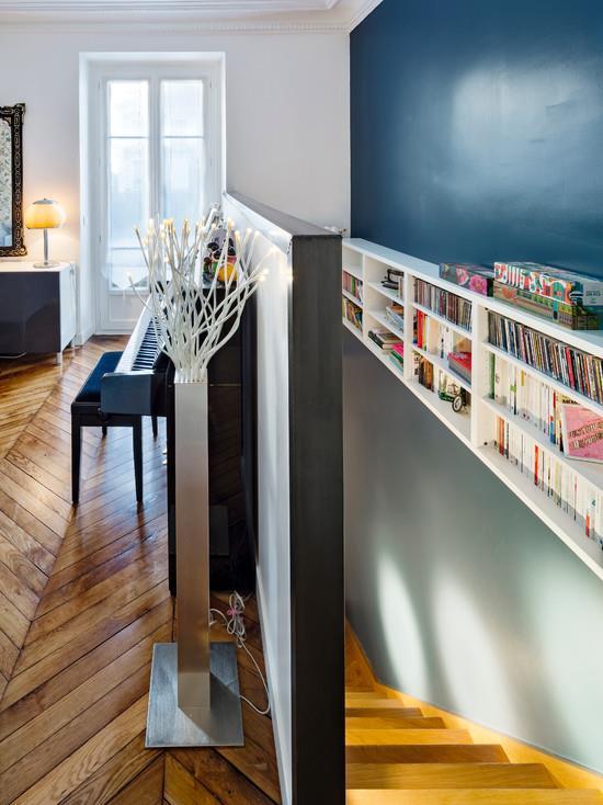 Biblioth que sur mesure 7 id es d co ajust es vos murs par emmanuelle lar - Idee deco mur escalier ...