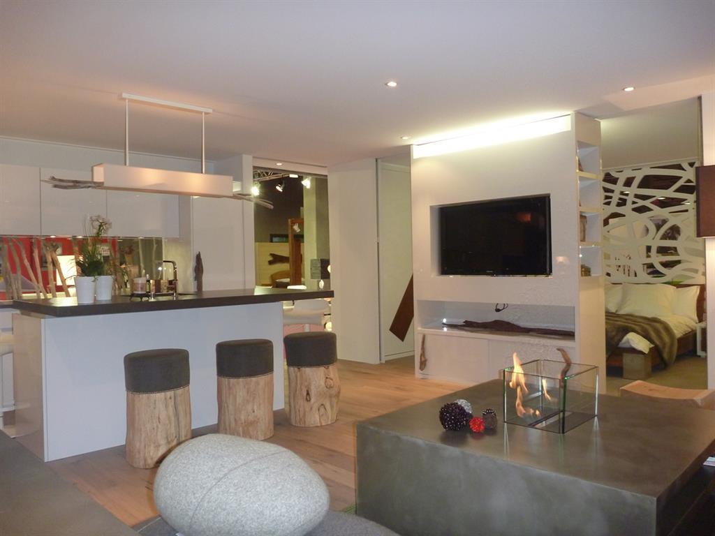 Plateau de vie d'un petit loft avec cuisine ouverte sur le salon