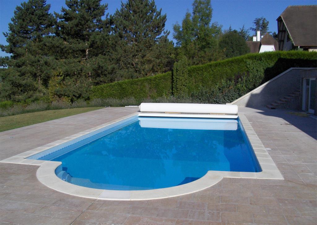 Cette piscine traditionnelle est entour e d 39 une plage au for Piscine sans margelle