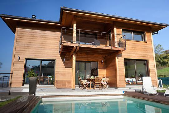 Maison moderne en ossature bois avec piscine et terrasse - Maison bois avec piscine ...