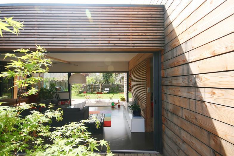 salon traversant gr ce aux larges baies vitr es allouche poulnais. Black Bedroom Furniture Sets. Home Design Ideas