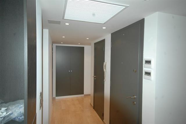 couloir blanc porte grise couloir gris et blanc avec chambre couloir gris et blanc peinture. Black Bedroom Furniture Sets. Home Design Ideas