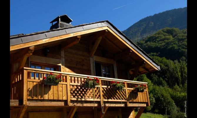 Balcon En Bois Pour Chalet : 546258-vue-exterieure-chalet-balcon-d-un-spacieux-chalet.jpg