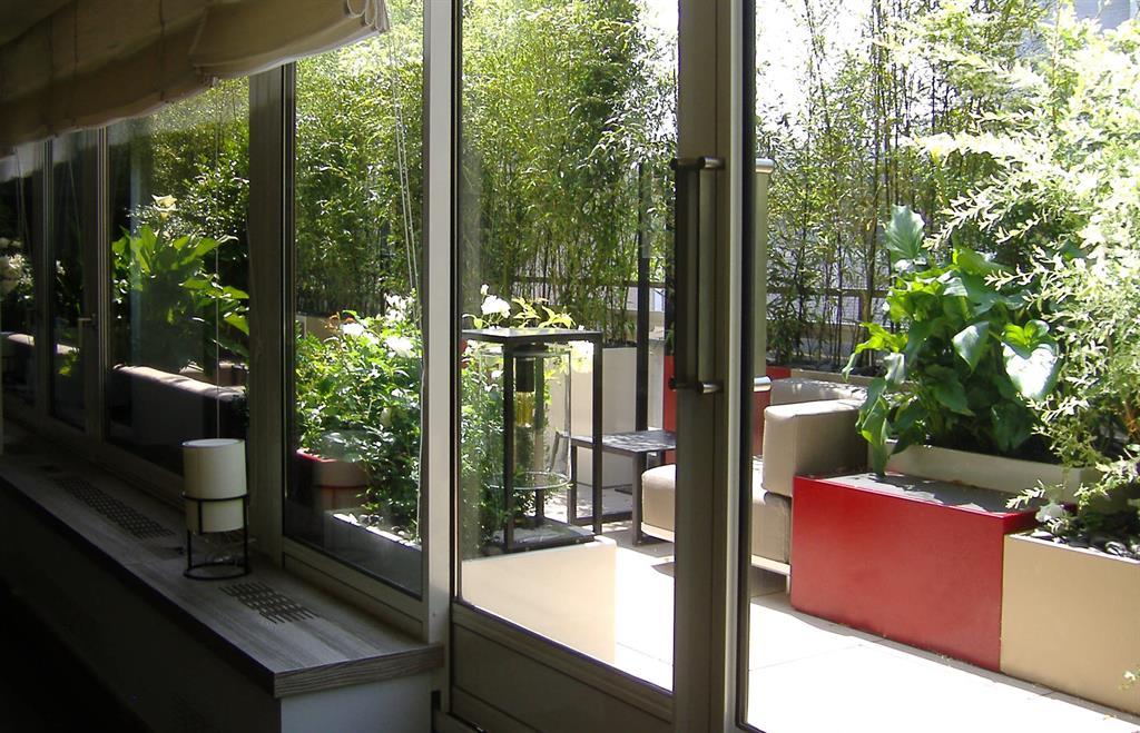 terrasse avec grande baie vitr e et plantes vertes. Black Bedroom Furniture Sets. Home Design Ideas