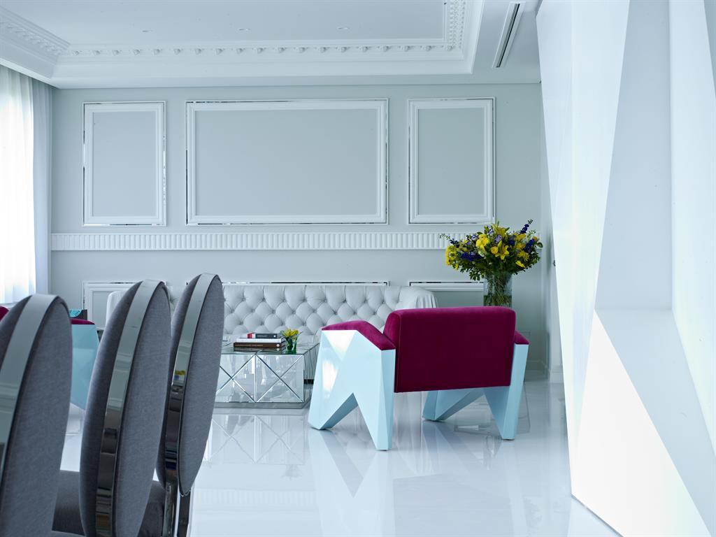 Salon ton gris clair et fauteuil design bordeau vick vanlian for Salon ton gris