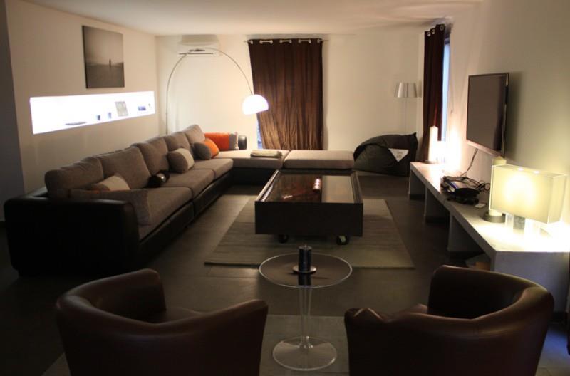 spacieux salon avec deux fauteuils clubs cuirs et une petite table. Black Bedroom Furniture Sets. Home Design Ideas