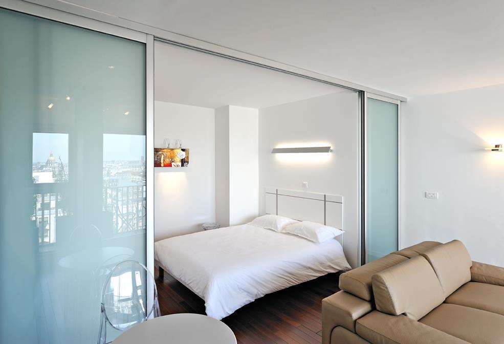 Des astuces pour optimiser l 39 espace d 39 un petit studio sans - Astuce de rangement pour petit appartement ...