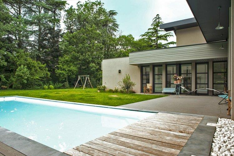 Piscine et terrasse d 39 une maison contemporaine ossature bois for Terrasse design contemporain