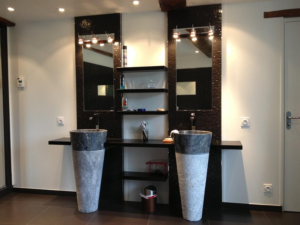 des vasques en pierre remplacent le traditionnel lavabo. Black Bedroom Furniture Sets. Home Design Ideas
