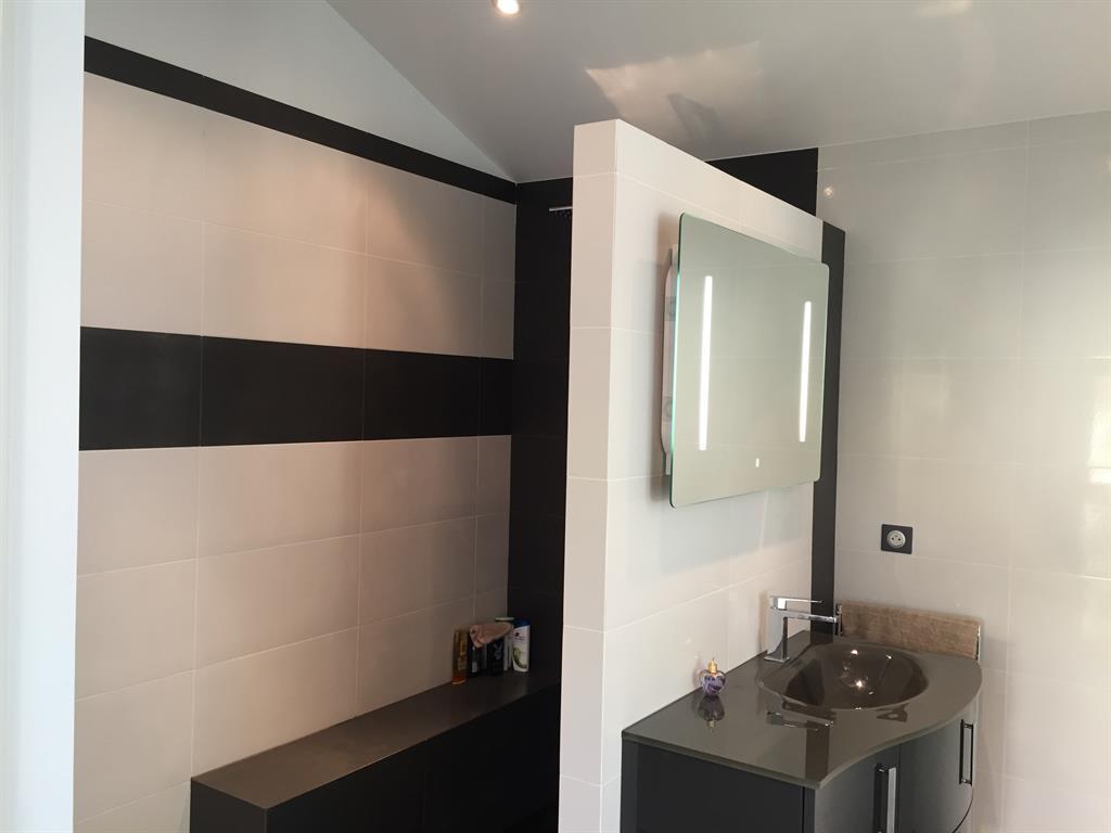 salle de bain moderne avec douche litalienne noire et blanche - Douche A Litalienne Moderne