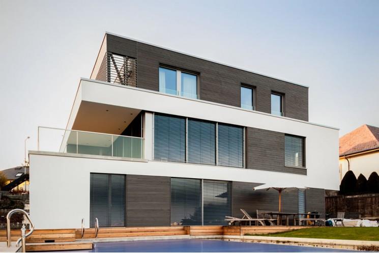 Maison contemporaine en bois noir et b ton blanc beiler for Maison bois design contemporain