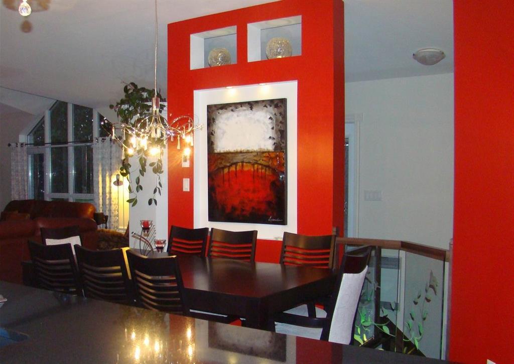 Salle manger rouge avec table et chaises noires design for Chaise design rouge salle a manger