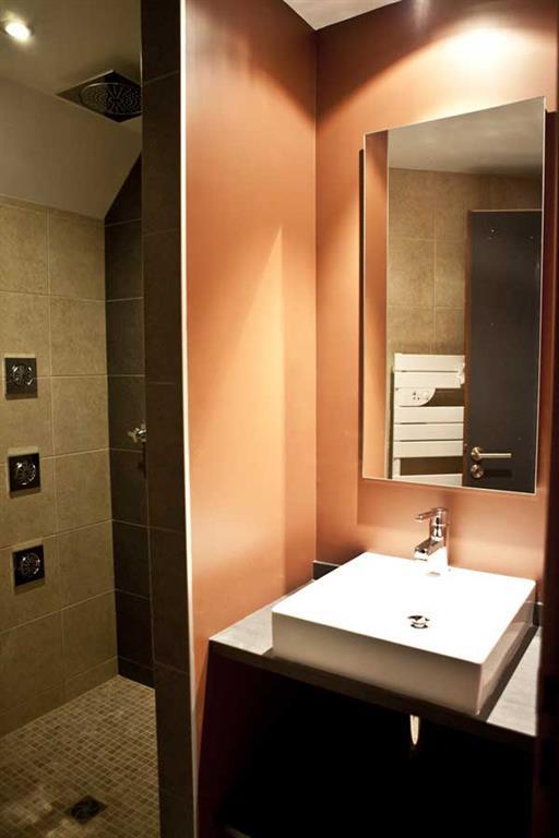 cette petite salle de bain moderne et chaleureuse offre le confort dune - Salle De Bain Petite Et Moderne