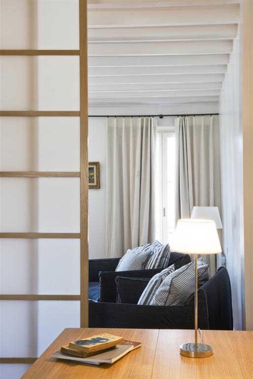 Salon avec poutres apparentes blanches anne steichen for Salon avec poutres apparentes