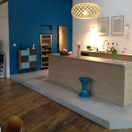 Cuisine s par e par l 39 estrade et le mur bleu nc design mati res - Estrade pour cuisine ...