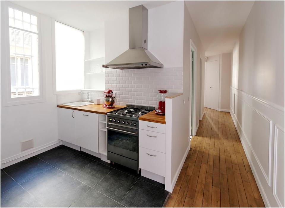 La cuisine ouvre sur le couloir pour apporter espace - Faience cuisine contemporaine ...
