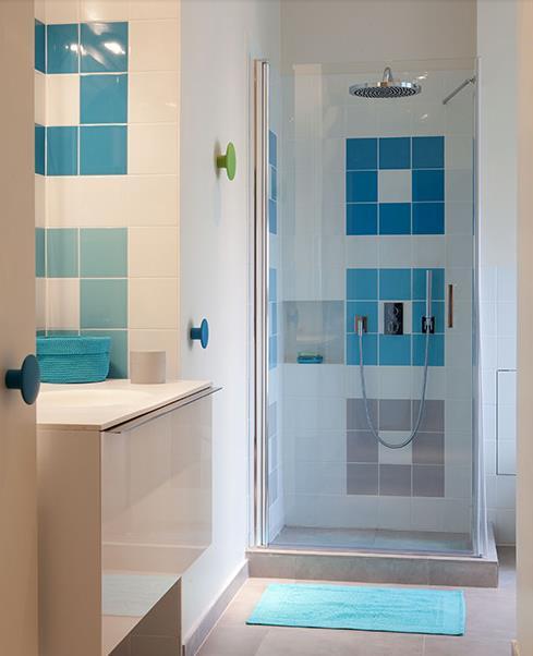 597237-salle-de-bain-moderne-salle-d-eau-bleue-et.jpg