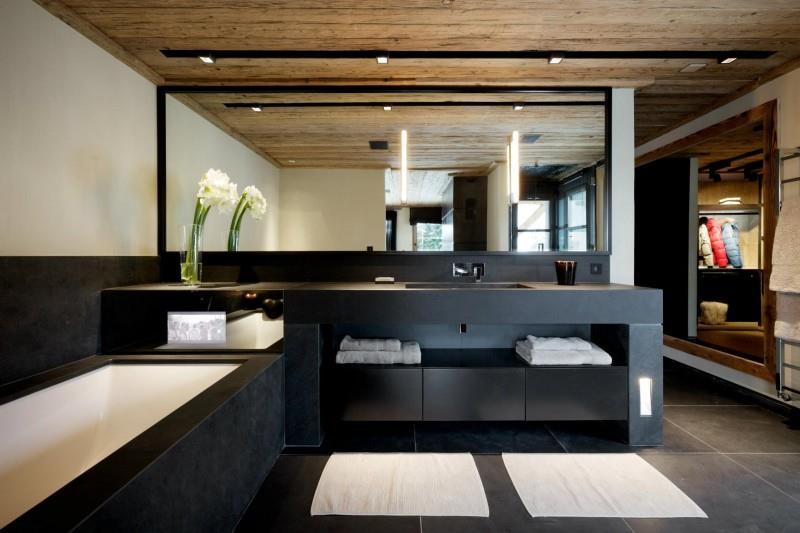 Salle de bain gris anthracite en ardoise avec meubles sur - Salle de bain en ardoise ...