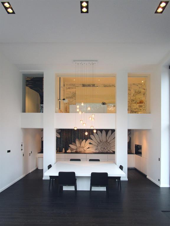 salle manger avec parquet en bois sombre et grande hauteur sous plafond - Salle A Manger Parquet Bois