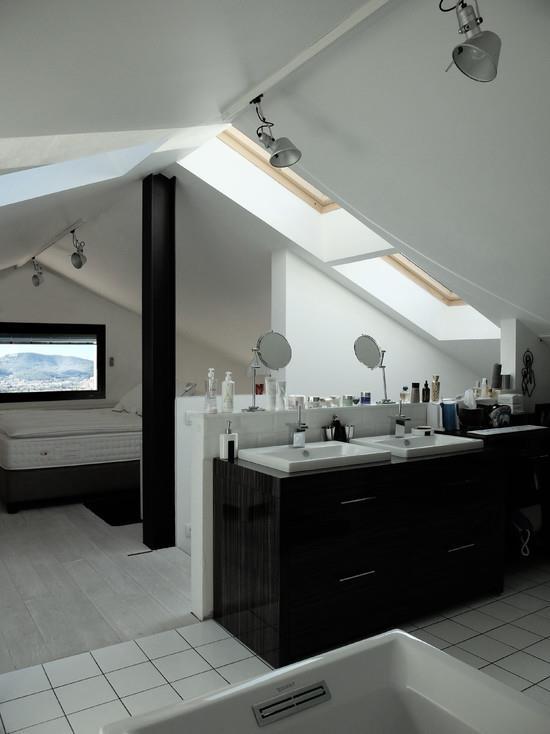 Salle de bain sous les toits ouverte sur chambre tout va for Salle de bain ouverte sur chambre