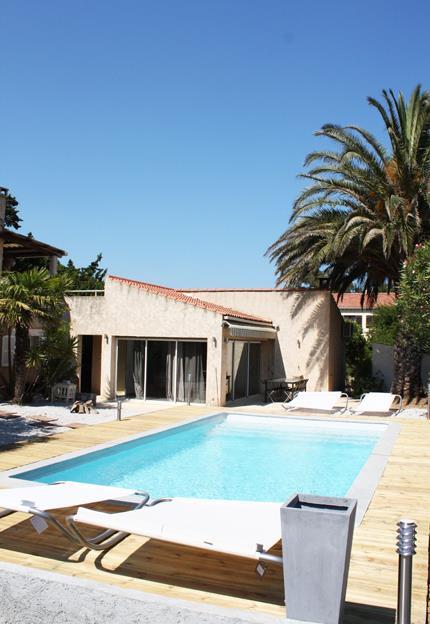 Image Piscine rectangulaire avec terrasse en bois Charly Molinelli