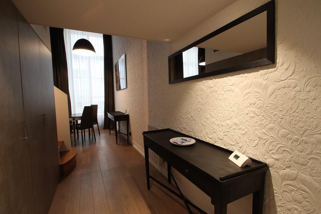 Image Couloir avec papier peint à motifs en reliefs Agence Brigitte ...