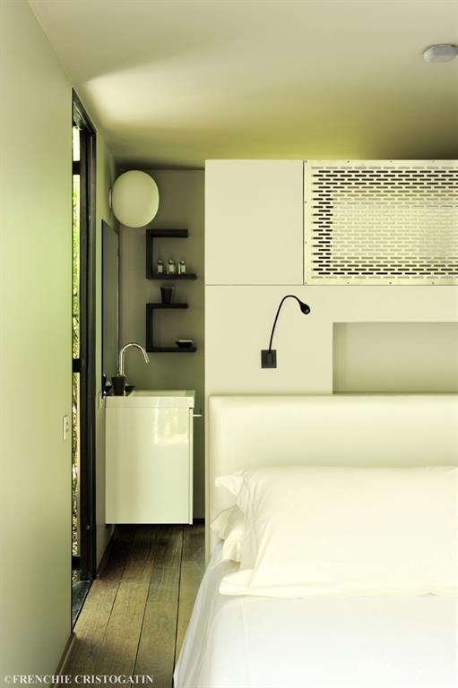Salle de bain derri re la t te de lit bumper investments for Derriere la salle de bain